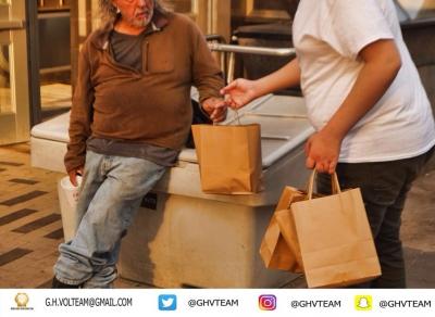 """مبادرة """"أطعم"""" في مدينة بوسطن الامريكيه من قبل فريق قيفنق هاندز التطوعي"""