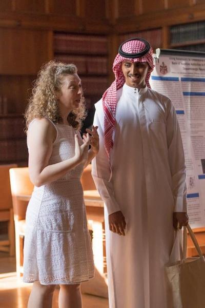 طالب سعودي في المرحلة الثانوية يقدم بحثا لعلاج الرعاش